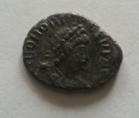 AE-3/4, dva vojáci se standartou, Honorius, 393-423, Řím-císařství