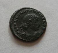 AE 3/4, Constantinus II., dva vojáci a standarta, S:3887, Řím-císařství, 317-37