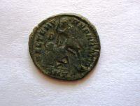 AE-3, Constantinus I.jako Augustus, voják poráží jezdce, 337-61, Řím-císařství