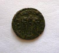 AE-4, Constans jako Augustus, dva vojáci se standartou, 337-350, Řím-císařství