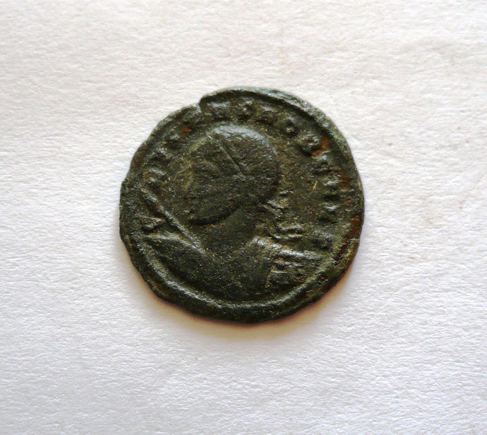 AE-centenionalis, Crispus, 2 vojáci, 316-26, Řím-císařství